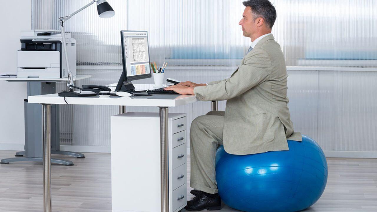 Pelota de Pilates o swiss ball como silla de teletrabajo